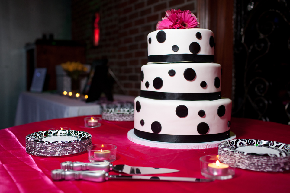 809 bar & grill wedding cake